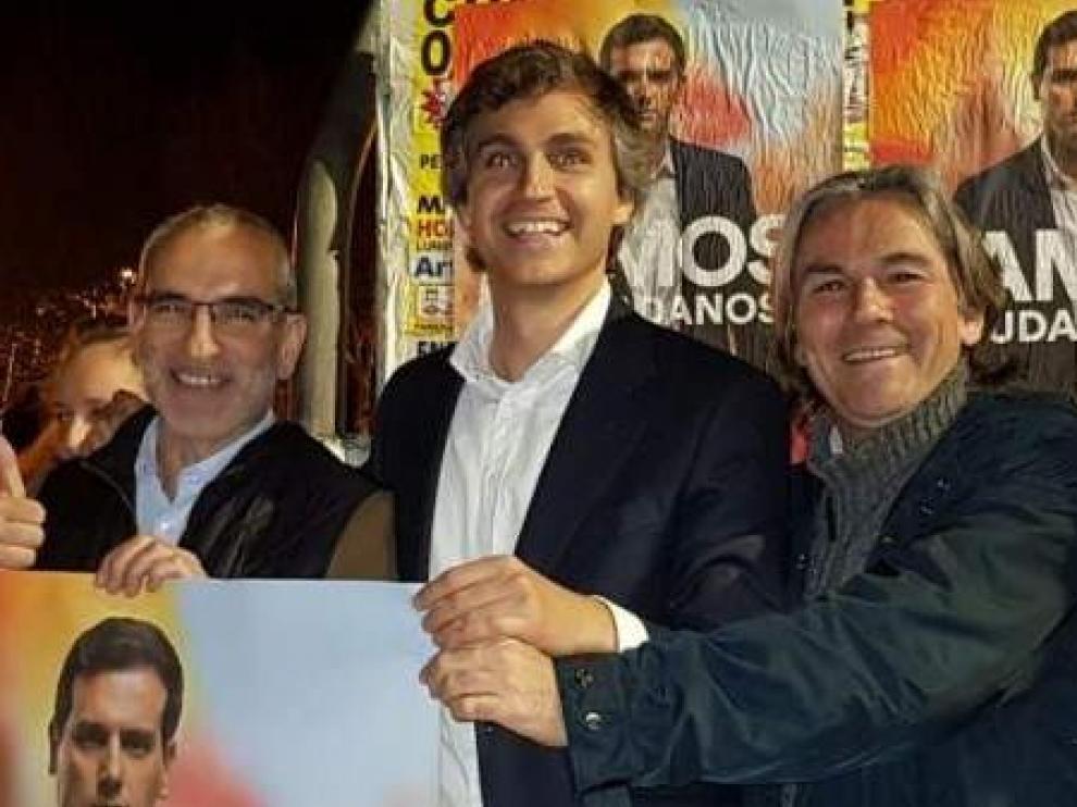 El novio de la prima de Malú, Damián Macías, en el centro, en la pegada de carteles de Ciudadanos en Pozuelo de Alarcón.