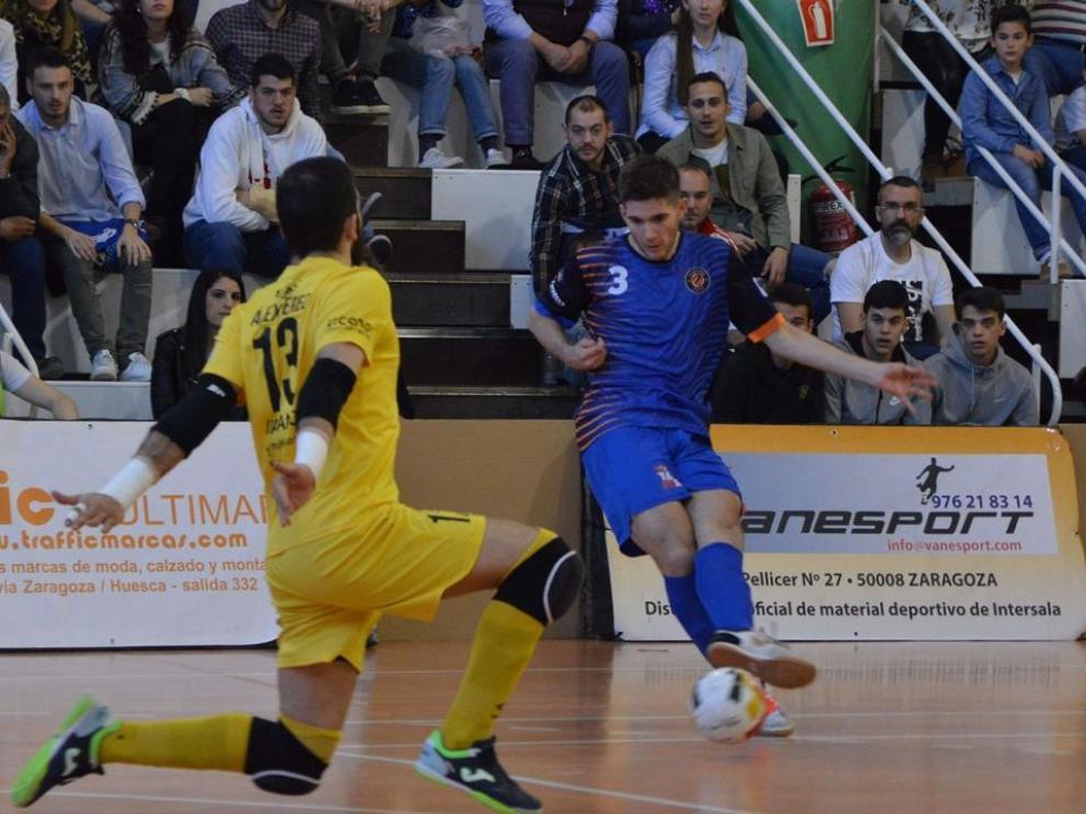 Diego Sancho del Colo Colo chuta a portería ante el Santiago.