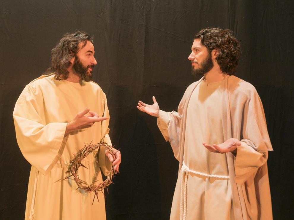 Javier Machuca -izda.- interpreta a Jesús los domingos y Jorge Cored lo encarna los sábados.