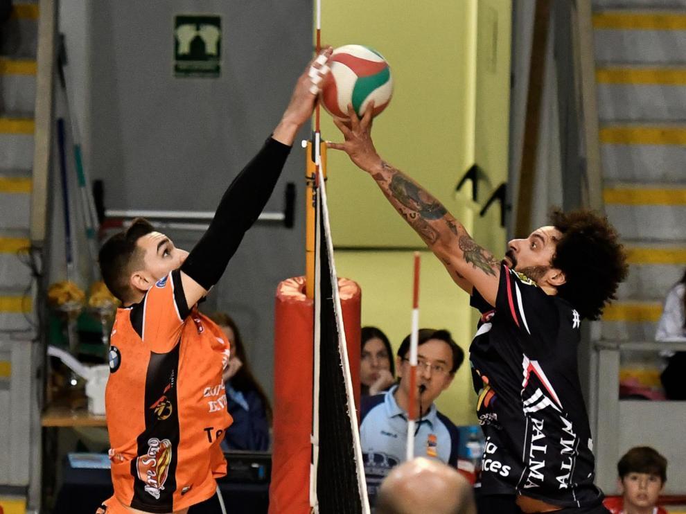 Partido de semifinales entre el CV Teruel y el Urbia Palma Voley