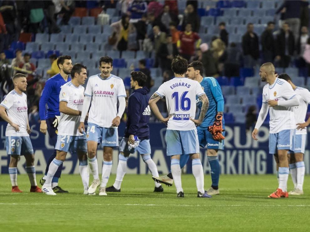 Parte de los futbolistas del Real Zaragoza, cariacontecidos, nada más concluir el partido de este domingo ante el Alcorcón con derrota por 0-2 en La Romareda, escuchan la bronca de la afición.