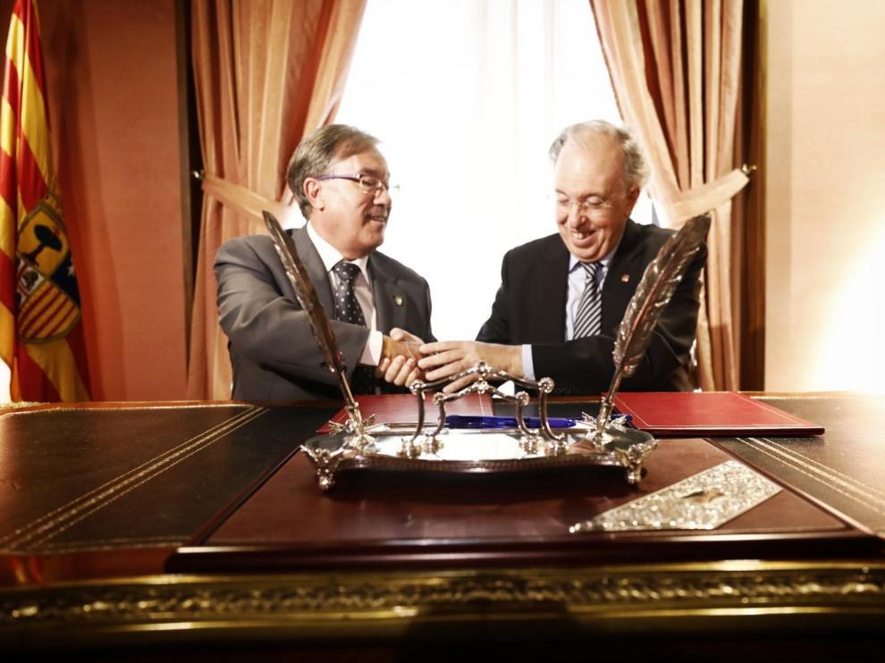 Ángel Dolado y José Manuel Etallo se dan la mano tras firmar el indulto de Semana Santa.