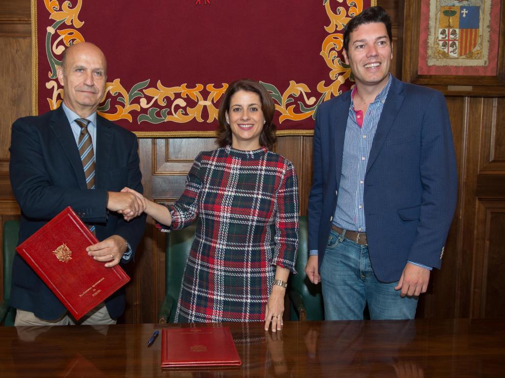 Carlos Ranera, presidente del CV Teruel, con la alcaldesa Emma Buj y el concejal Javier Domingo. J. Escudero