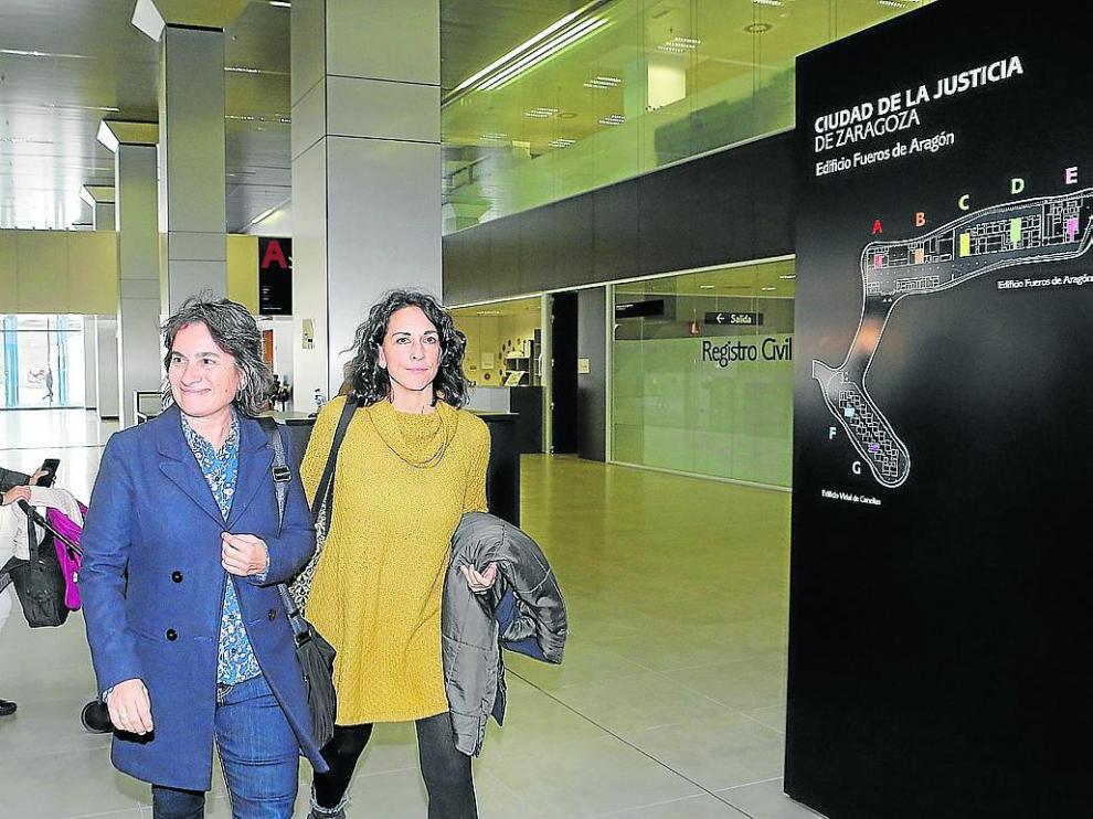 Giner, a la derecha, junto a la vicealcaldesa Luisa Broto, en los juzgados, el pasado noviembre.
