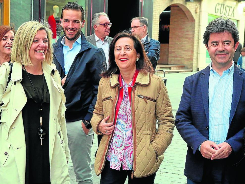 Begoña Nasarre, Margarita Robles y Luis Felipe, ayer, paseando por el centro de Huesca.