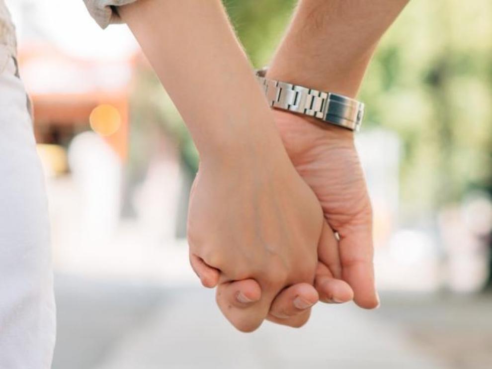 Dos personas dándose la mano.