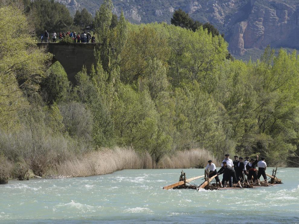 Descenso de una navata por las aguas del río Gállego.