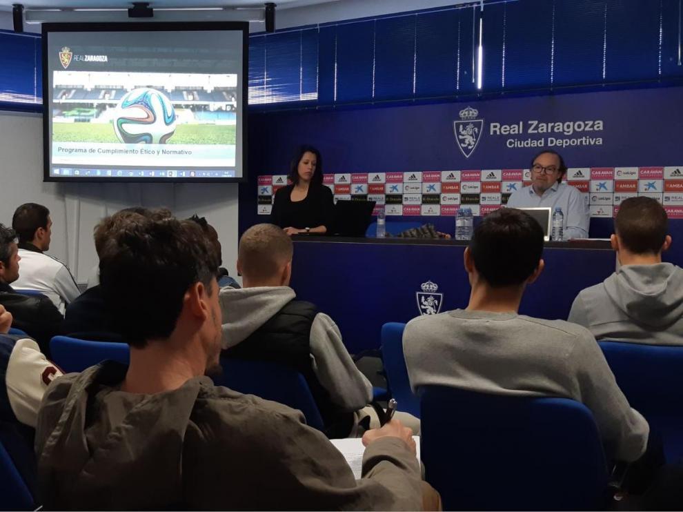 La plantilla del Real Zaragoza atiende a Fernando Sainz de Varanda, vicepresidente del Consejo de la SAD, en la charla de este miércoles en la Ciudad Deportiva.
