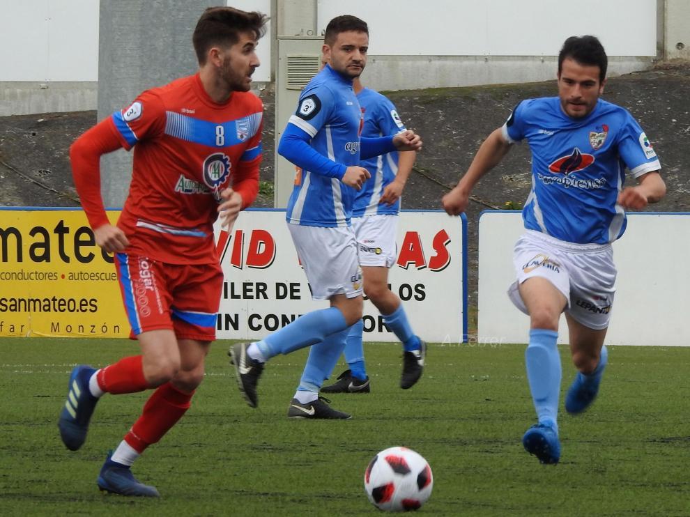 Un lance del partido entre el Binéfar y Sariñena.