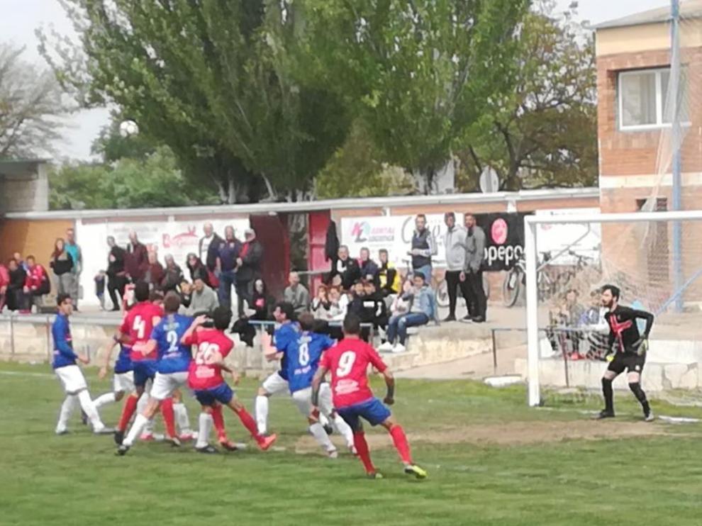 Un momento del choque disputado en el Jaqués Lebrero entre el Gallur y Zuera.