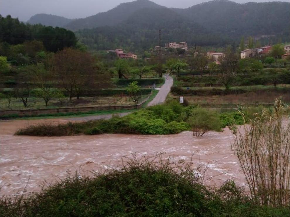 Los vecinos de Olba se han quedado incomunicados en plena Semana Santa por la crecida del río Mijares tras las lluvias de este miércoles en Teruel.