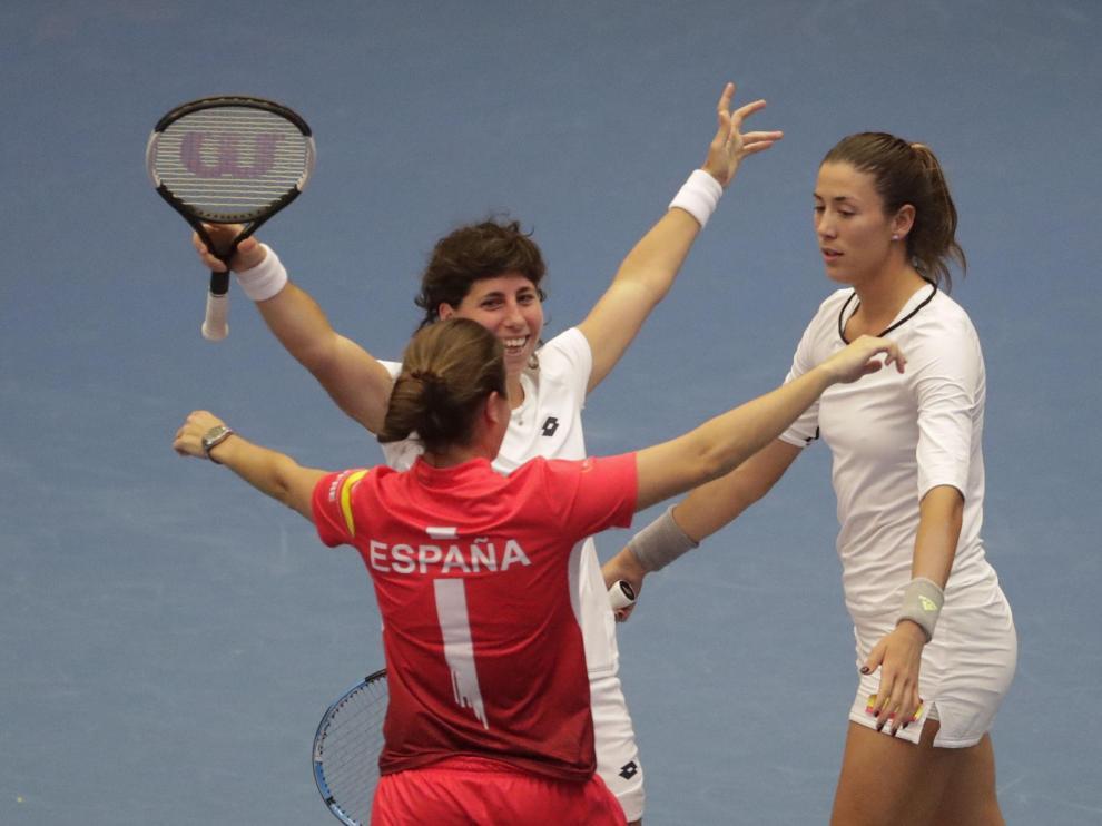 Carla Suárez celebra el triunfo con su compañera Garbiñe Muguruza.