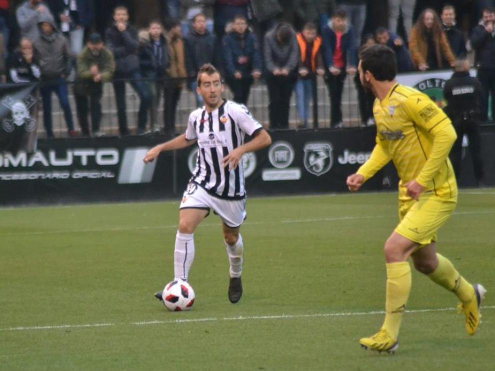 Jamelli del Castellón progresa ante la presión de Diego Suárez.