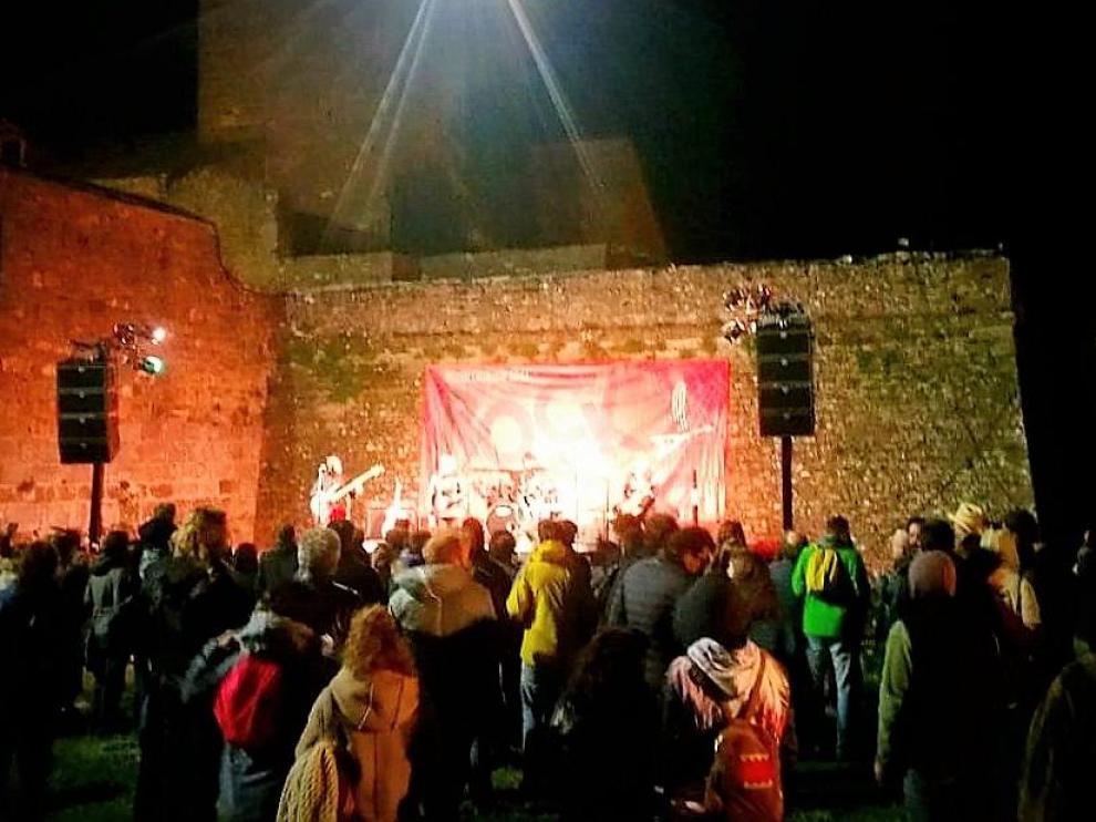 Rock en el foso en el Castillo de Aínsa.