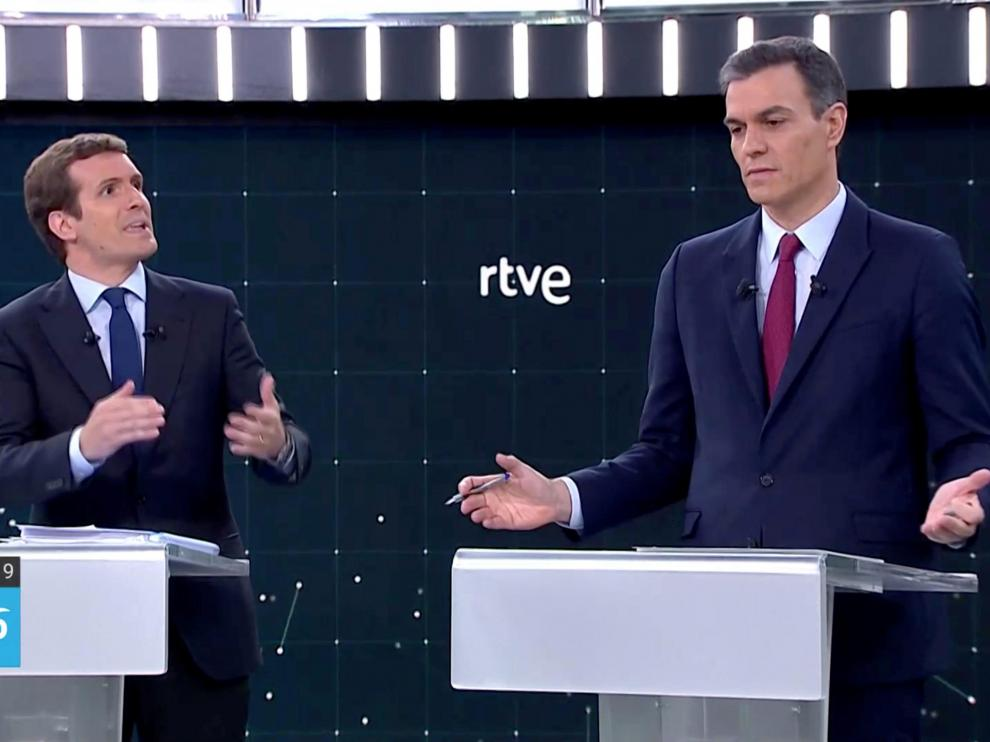 Candidates for Spanish general elections People's Party (PP) Pablo Casado and Prime Minister and Socialist Workers' Party (PSOE) Pedro Sanchez attend a televised debate ahead of general elections in Pozuelo de Alarcon, outside Madrid, Spain, April 22, 2019. TVE via REUTERS [[[REUTERS VOCENTO]]] SPAIN-ELECTION/DEBATE