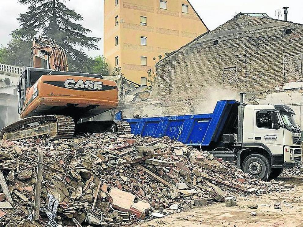Este miércoles comenzaron los trabajos de retirada de escombros de la casa que se derrumbó el martes.