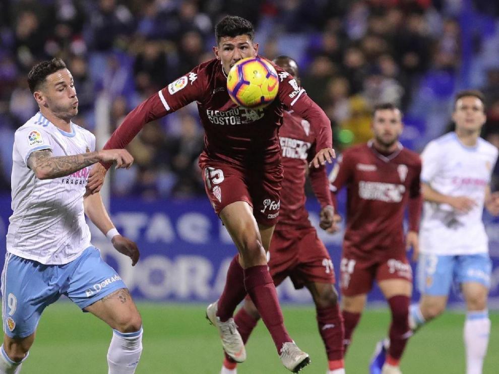 Álvaro Vázquez, con Lasure de fondo, en una jugada del Real Zaragoza-Córdoba de la primera vuelta, que acabó 0-0 en La Romareda.