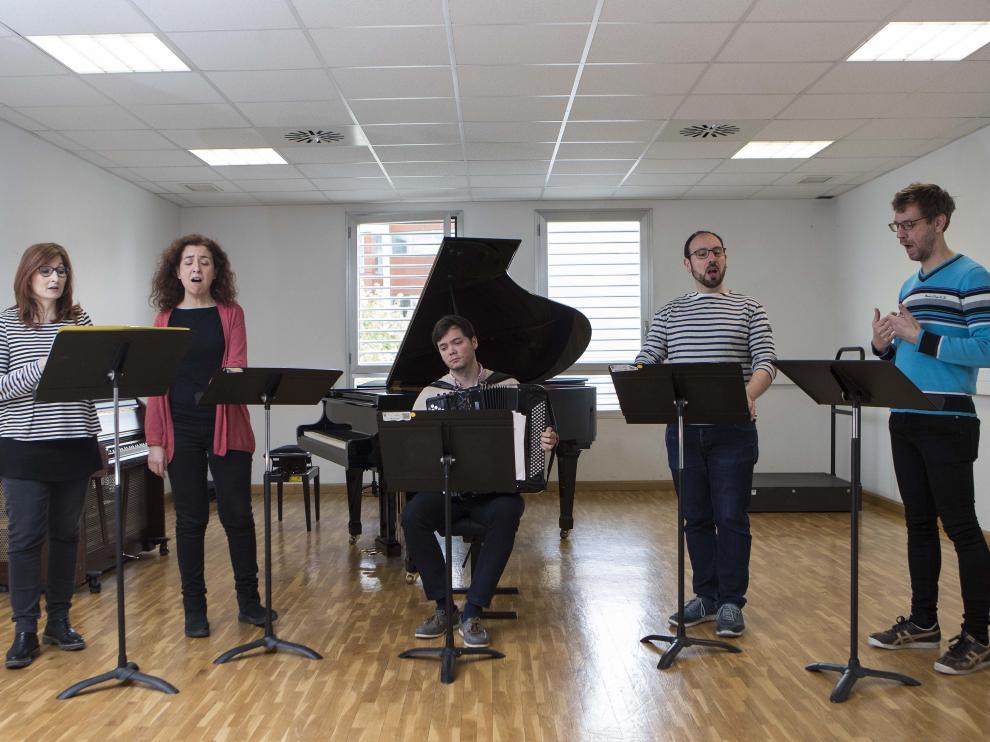 Vanesa García, Elena Ruiz, el acordeonista Ander Tellería, César Polo y Jorge Apodaca, durante el ensayo de ayer.