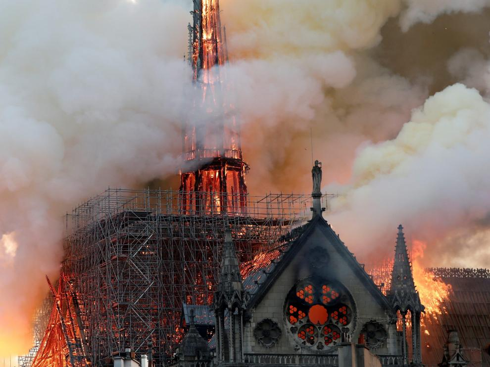 FILE PHOTO: Smoke billows as fire engulfs the spire of Notre Dame Cathedral in Paris, France April 15, 2019. REUTERS/Benoit Tessier/File Photo [[[REUTERS VOCENTO]]] APPS-SOCIALMEDIA/ (COLUMN)