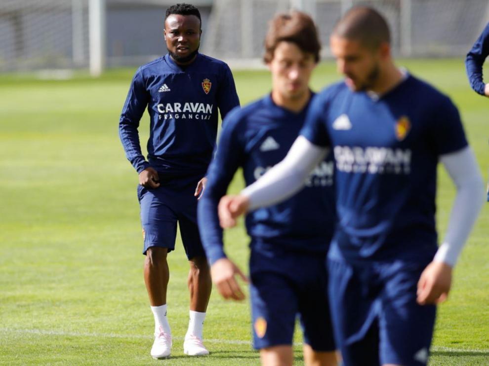Igbekeme, detrás de Verdasca y Delmás, en un ejercicio durante el entrenamiento de este jueves en la Ciudad Deportiva.