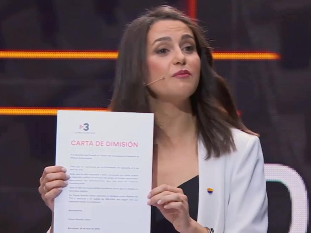 Inés Arrimadas le entrega una carta de dimisión completamente rellenada a Vicent Sanchis para que dimita.