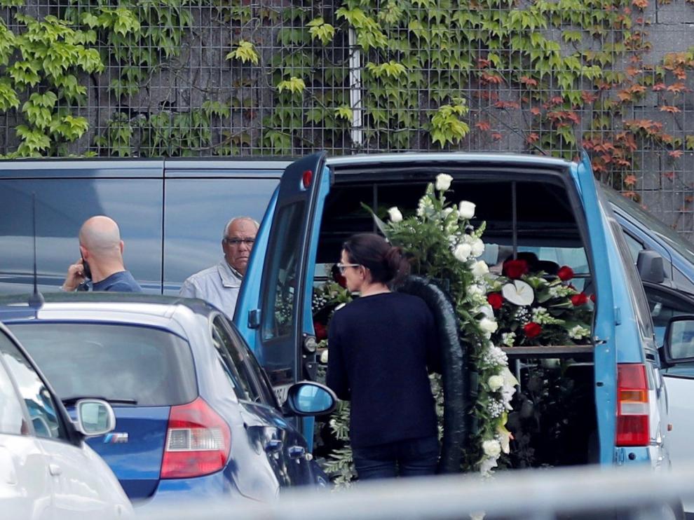 Llegada al tanatorio de los féretros de la pareja fallecida en los atentados de Sri Lanka.