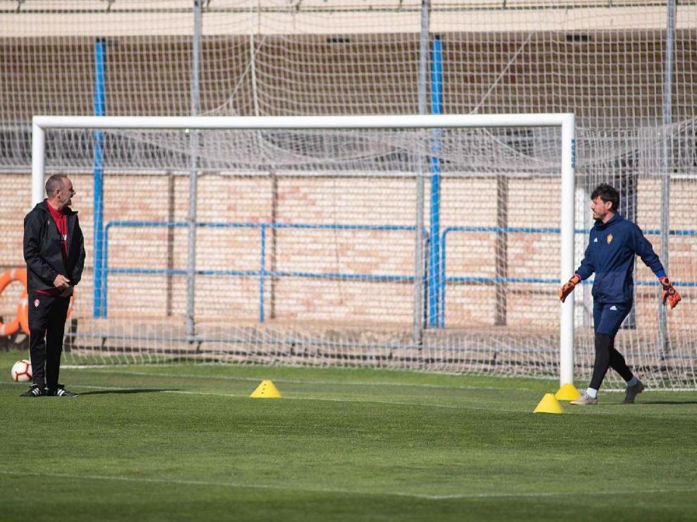 Cristian Álvarez habla con Víctor Fernández durante el último entrenamiento, en el que el portero ha sido foco de máxima atención para el técnico.