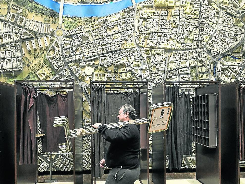 Preparación del vestíbulo del Ayuntamiento de Zaragoza, que contará con 14 mesas electorales.