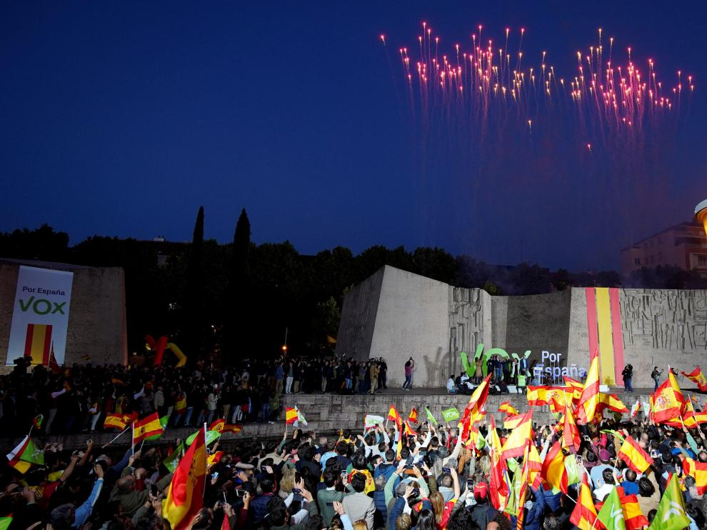 Fireworks are seen during an electoral campaign closing rally of Spain's far-right party VOX in Madrid, Spain April 26, 2019. REUTERS/Juan Medina [[[REUTERS VOCENTO]]] SPAIN-ELECTION/ABASCAL RALLY