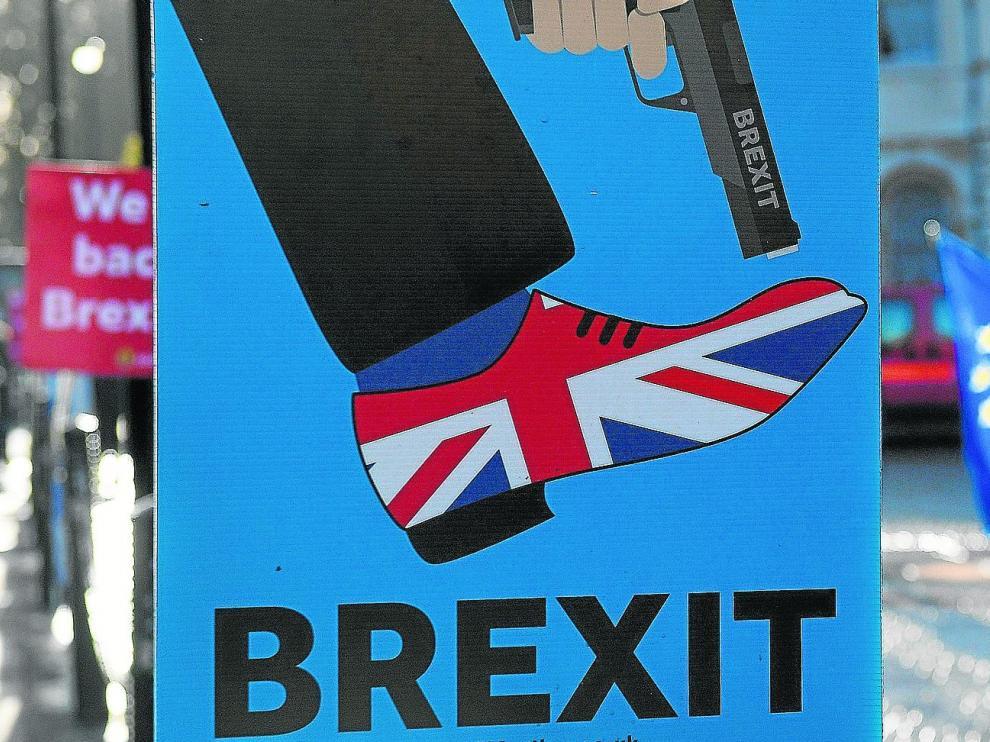 Manifestantes a favor de la Unión Europea defienden en Londres la campaña 'People's Vote', que solicita una votación pública sobre el acuerdo final de 'brexit'.