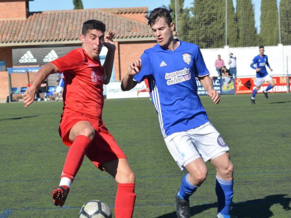 Dos jugadores luchan por un balón