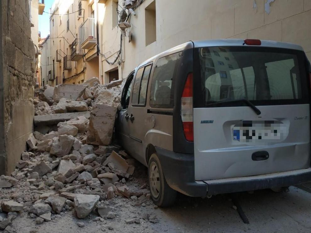 Derrumbe de la fachada de una vivienda en el casco viejo de Alcañiz.