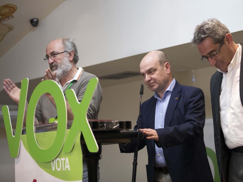 El presidente de Vox Zaragoza, Santiago Morón, en el centro del atril