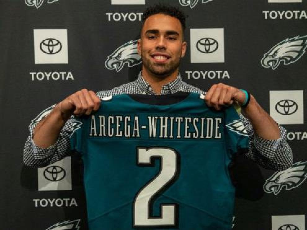 JJ Arcega ya posa con la camiseta de los Philadelphia Eagles.