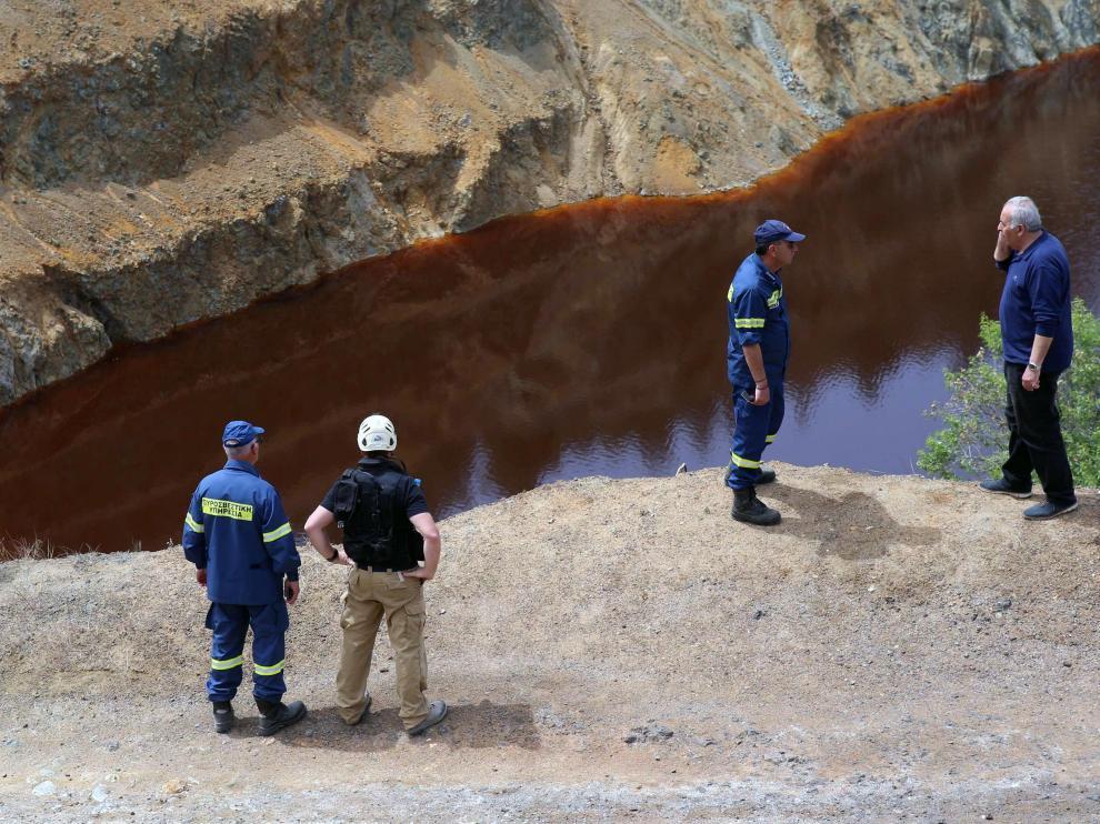 Labores de búsqueda de los cadáveres en el lago Rojo de Mitsero (Chipre).