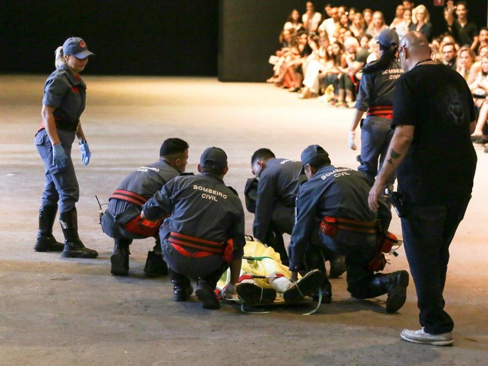 Los bomberos asistieron al modelo Tales Cotta en la pasarela, pero finalmente falleció en el hospital.