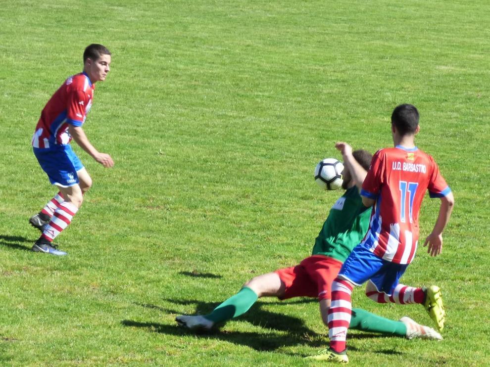 Un lance del partido entre el Barbastro y Jacetano.
