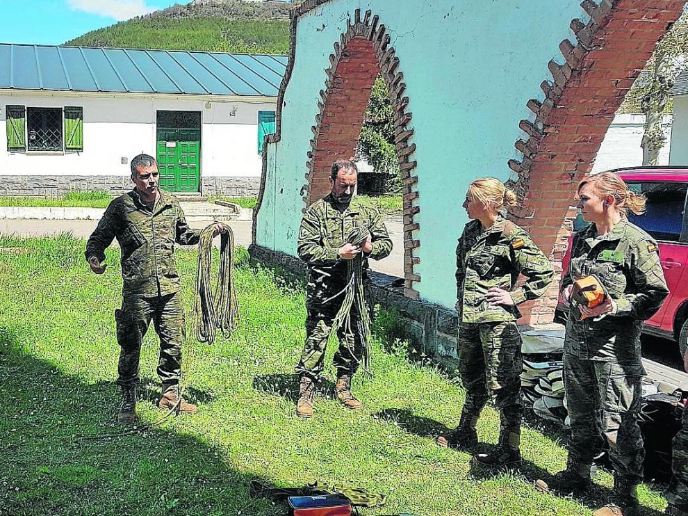 Clase teórica sobre el manejo de cuerdas este lunes en la Escuela Militar de Jaca.