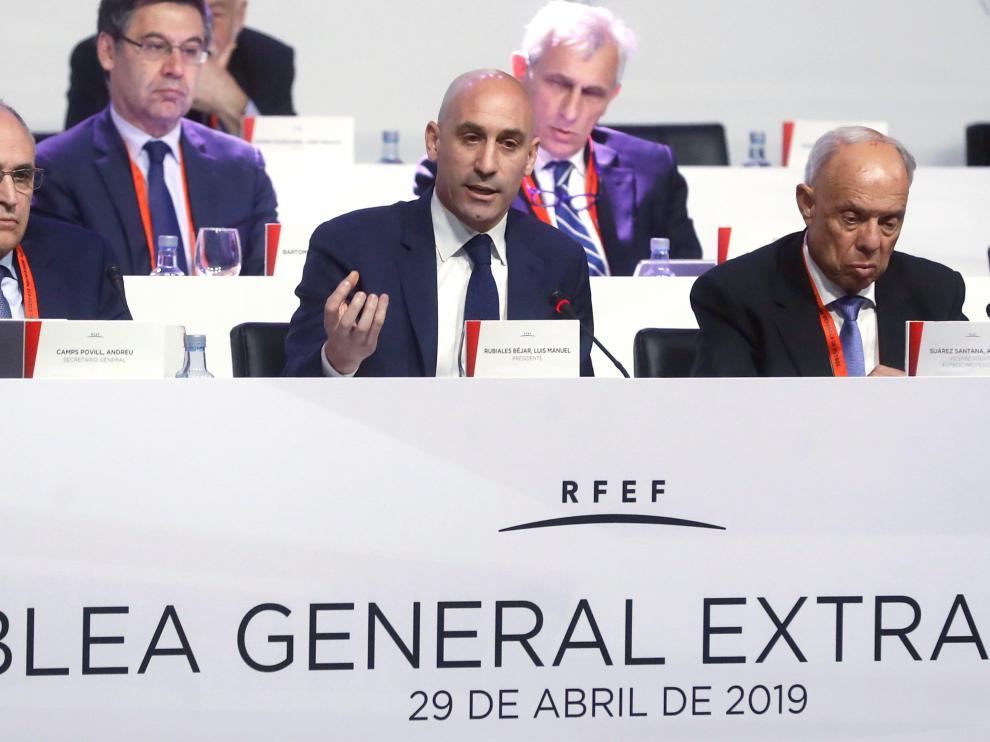 El presidente de la Real Federación Española de Fútbol (RFEF), Luis Rubiales (c), durante la Asamblea General en sesión extraordinaria de la RFEF que se ha celebrado este lunes en Madrid