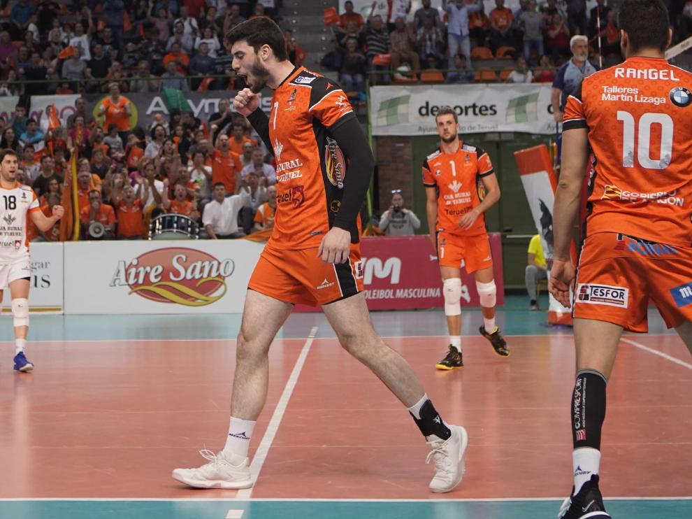 Miki Fornés celebra un punto en el primer partido del 'play off' final celebrado el sábado en Los Planos