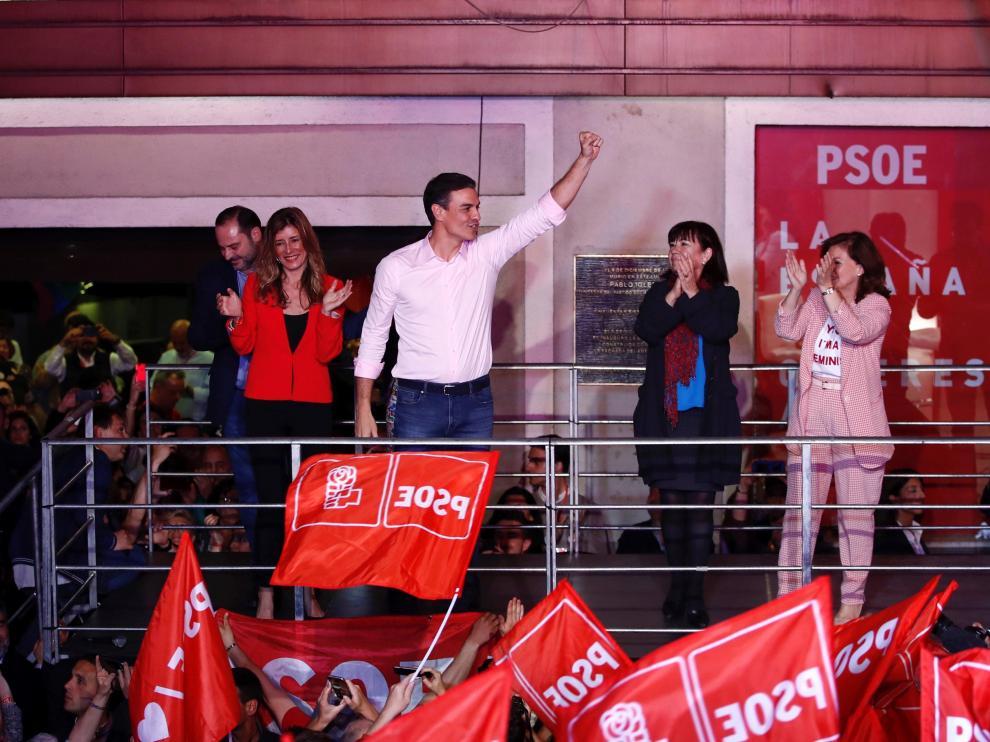 Pedro Sánchez en declaraciones en la sede del PSOE tras la victoria electoral de este domingo.