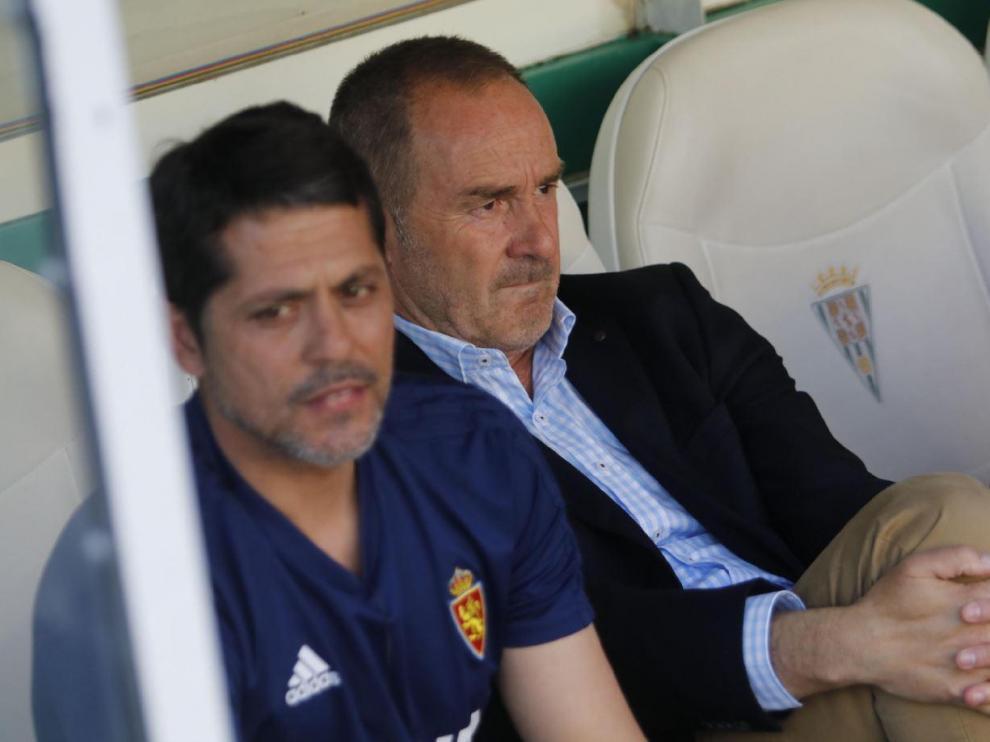 Víctor Fernández, con gesto preocupado, sentado en el banquillo de El Arcángel junto a José Luis Loreto, el segundo técnico del Real Zaragoza.
