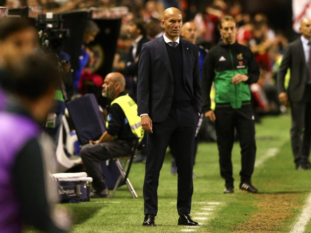 El entrenador del Real Madrid, Zinedine Zidane, durante el partido del Real Madrid contra el Rayo Vallecano.