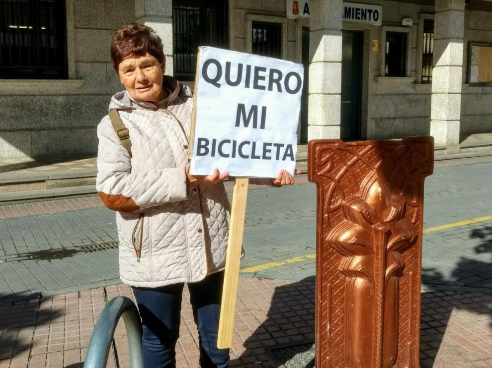 Carmen Gaspar, con su pancarta, delante del ayuntamiento.