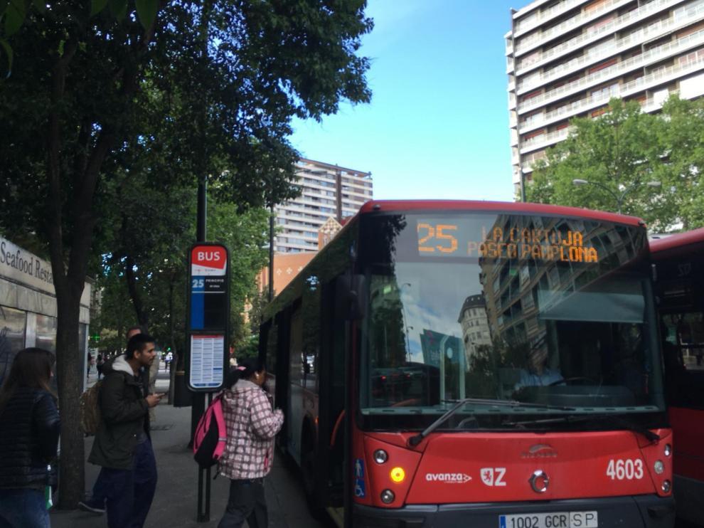Los vecinos de La Cartuja piden mejoras en la frecuencia y los vehículos de la línea 25