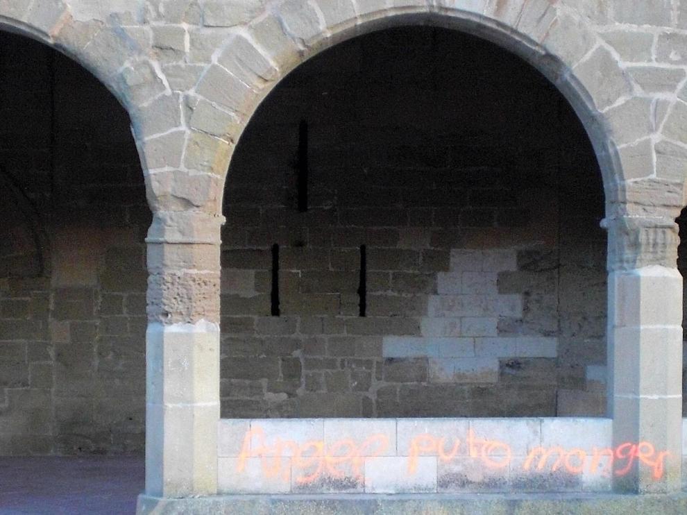 Pintadas en la pared exterior del porche de la ermita de Salas.