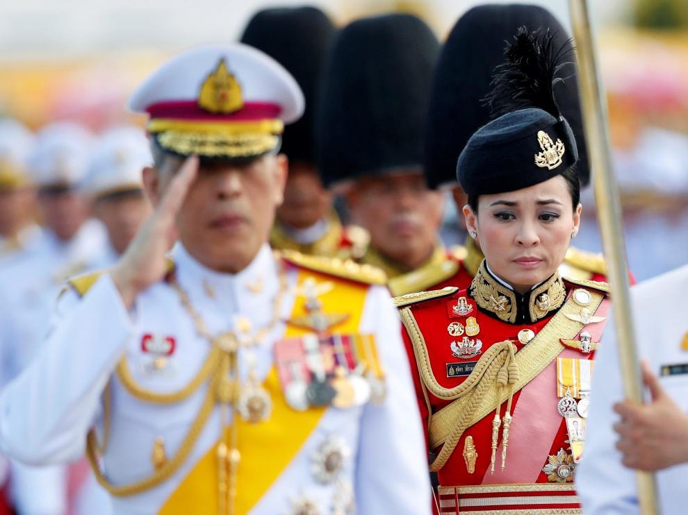 El rey tailandés, Maha Vajiralongkorn, y su nueva esposa, Suthida Vajiralongkorn, en una imagen de archivo.