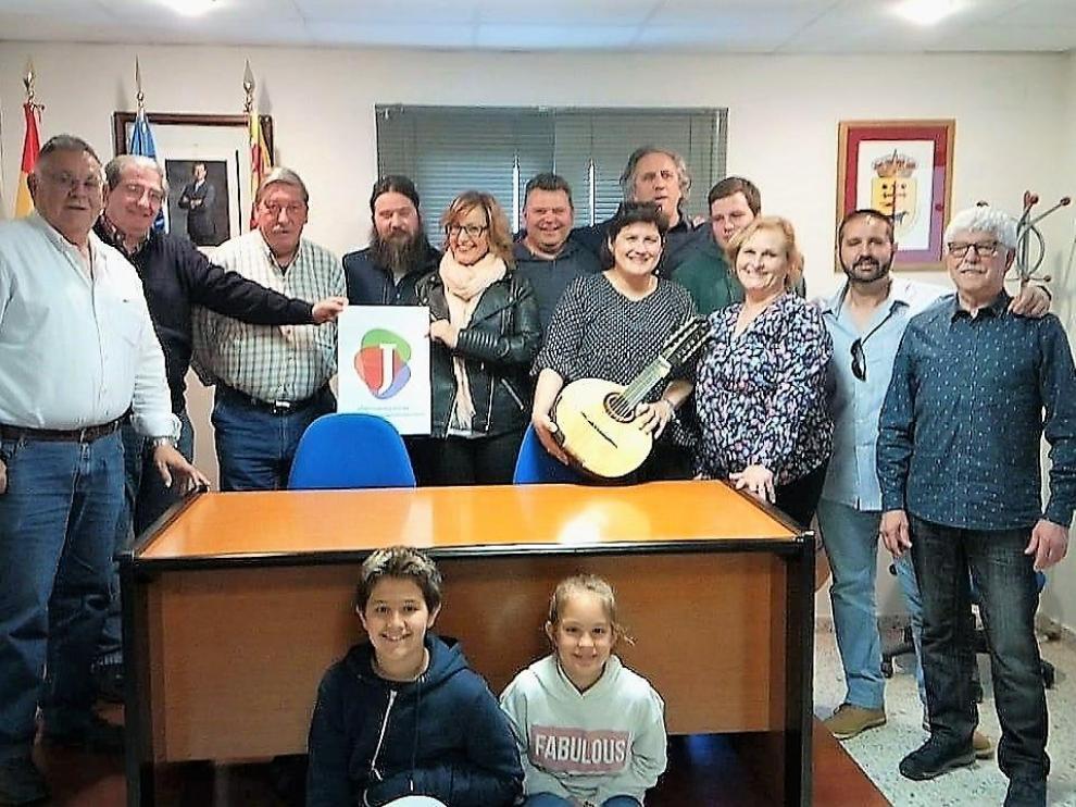 Fotografía de familia tras el pleno de Lupiñén donde se aprobó el acuerdo.