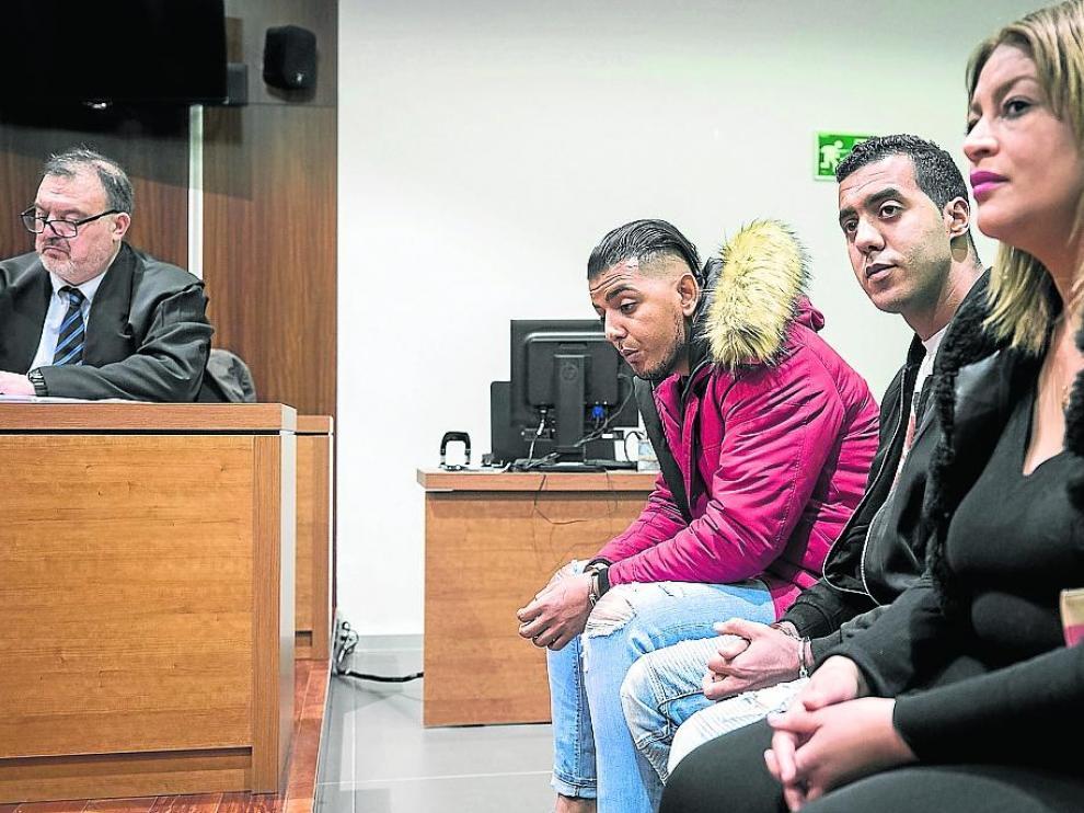 De rojo, Jamal Mounaji, sentado junto a Djamel Mehida y Wafa R., que ha sido absuelta.