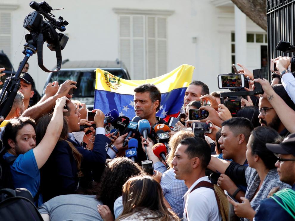 Leopoldo López atiende a los medios a las puertas de la Embajada de España en Caracas